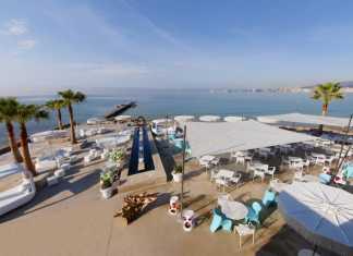 Beachclub i Palma. Strandbar och solstolar på Palmas starnd.