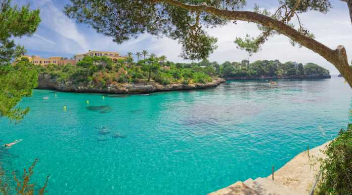 Populär familjeresort, perfekt för dykning, underbara grottor, små djupa vikar, resort på sydöstra Mallorca.