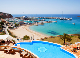 Port Adriano, marina, yachts, båtar, sandstrand, sydvästra Mallorca.